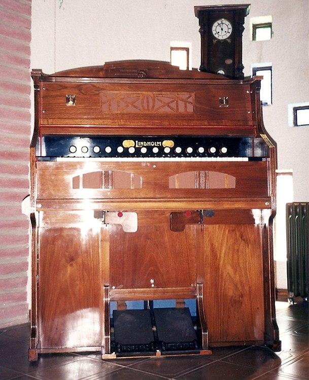 Importante armonio alemán, marca Lindholm, 14 registros. Restauración a nuevo