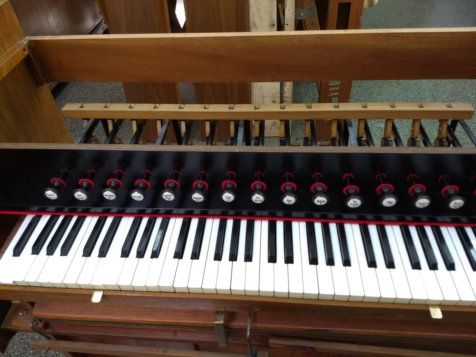 Armonio marca C. Hense. 15 registros. 3 juegos y medio, de voces sonoras. Registros armados, total 15, teclado nivelado y en función