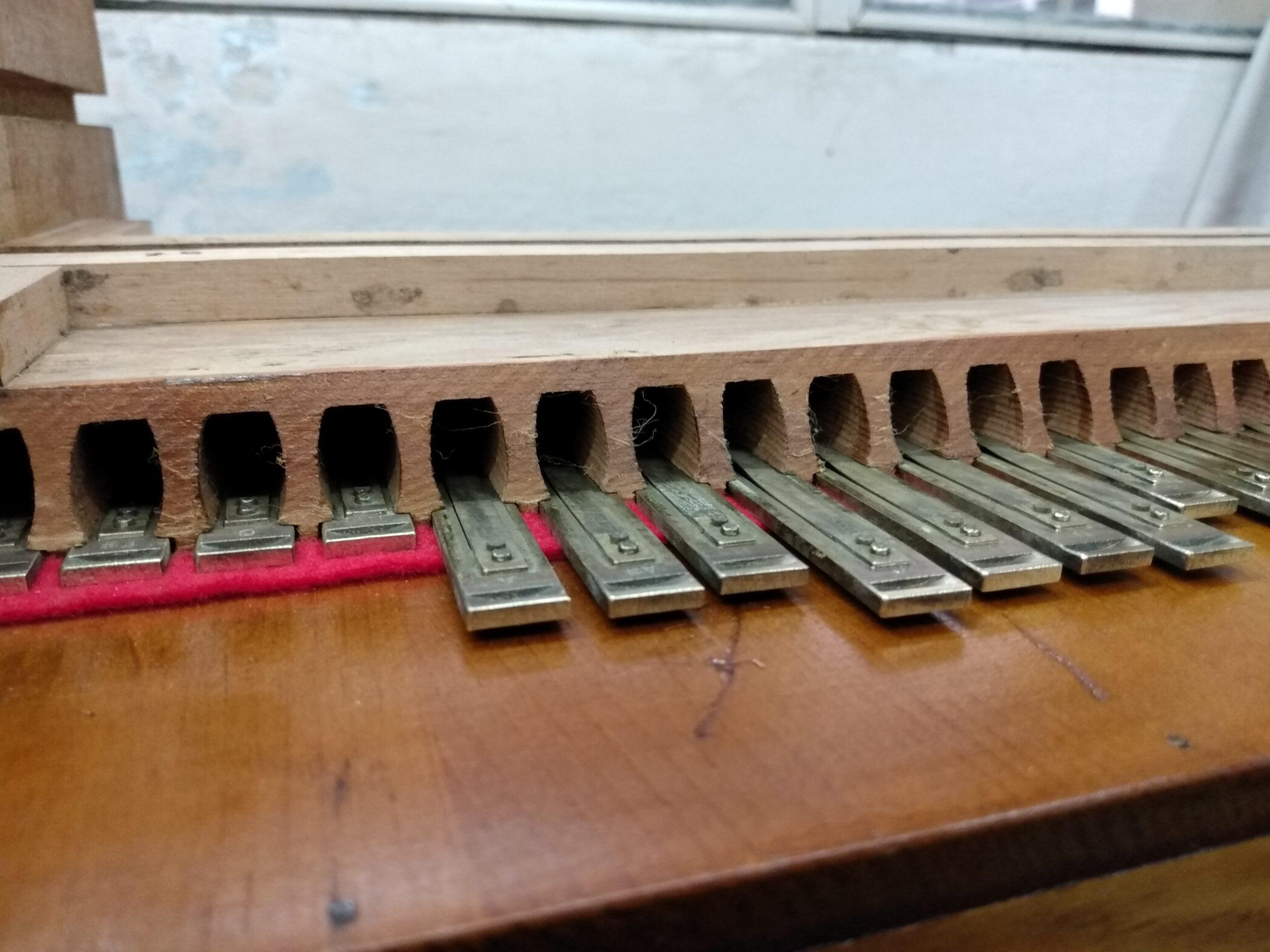 Ubicación de lengüetas en casillero de secreta de armonio