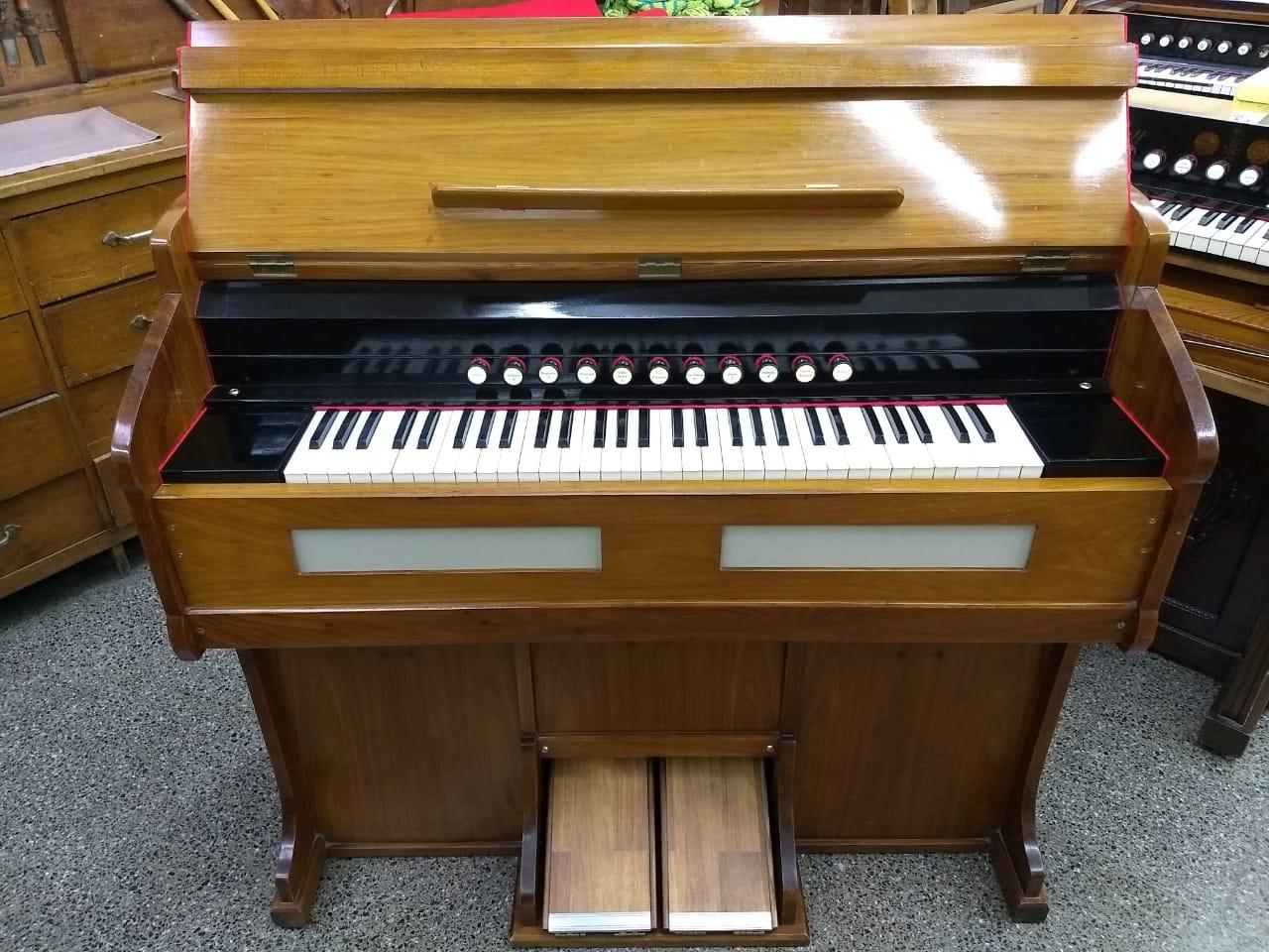 Restauración total de armonio alemán, 11 registros, 3 juegos de voces. Registro de Subbass de 16' en octava inferior. Registro de Vox Celeste 8' en octavas superiores